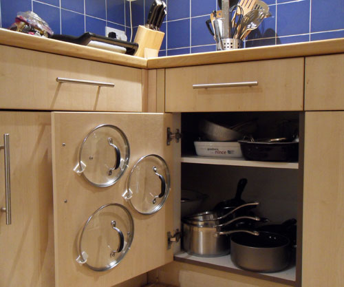 Idea how to arrange the lids of the kitchen utensils