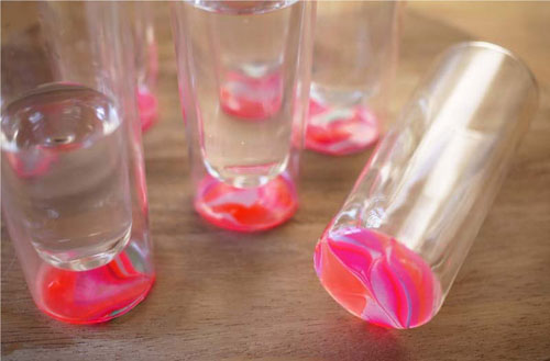 Easy decoration of a glass with nail polisher